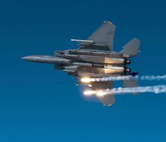 """17 de diciembre 2010. Dos asientos de caza-bombarderos F-15E """"Strike Eagle» produce trampas térmicas durante un ejercicio de entrenamiento en los cielos de Carolina del Norte."""