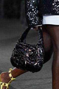 New Fashion, Fashion News, Fashion Show, High Fashion, Fashion Design, Vogue Paris, Best Tote Bags, Yellow Handbag, Studded Bag