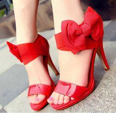 Zapatos de tacón alto con lazos, muy simpáticos.