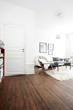 donkere-houten-vloer-in-wit-interieur