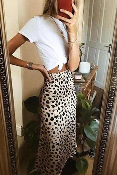 Leopard midi skirt outfit for summer - Fashion + Friends - Shoes Instagram Outfits, Instagram Mode, Look Fashion, Skirt Fashion, Street Fashion, Fashion Outfits, Fashion Trends, Denim Outfits, Ladies Fashion
