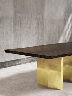 STONENGE - martineden.net Solid italian walnut wood table, aluminum base cast in gold or nickel