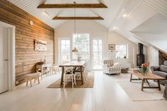 Mixed ship lap and stain walls Cabin Chic, Interior Architecture, Interior Design, Cottage Renovation, Timber House, Wood Home Decor, Cabin Interiors, House In The Woods, Log Homes