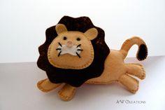 A cute lion made from felt.   Dimensions        Length approx. 13cm (5.1 inch)   Width approx. 18cm (7 inch)    ***   Filcowy lew    Wymiary...