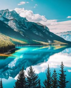 Here's a sneak peek of what you might see in Canada's Banff National Park - towering mountains and the crystal blue waters of Lake… Beautiful World, Beautiful Places, Beautiful Hotels, Beautiful Sky, Landscape Photography, Nature Photography, Photography Ideas, Wallpapers Tumblr, Destination Voyage