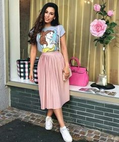 Casual skirt outfits - Lady with a nice tshirt Pink Skirt Outfits, Pink Pleated Skirt, Pleated Skirt Outfit Casual, Casual Skirts, Skirts And Tops, Long Skirt Outfits For Summer, Long Pink Skirt, Jean Skirts, Denim Skirts