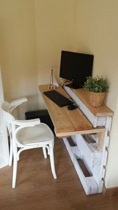 Pallet Furniture Projects bureau-palette - Prenons le temps - Pallet furniture pieces to embellish your home or garden. Pallet Desk, Wooden Pallet Projects, Diy Pallet Furniture, Furniture Projects, Home Projects, Furniture Design, Furniture Plans, Wood Desk, Wooden Furniture