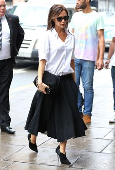 Victoria Beckham Style Moments: All fashion moments we never want to forget from the designer, mother and our favourite Spice Girl. Fashion Mode, Fashion Week, Look Fashion, Skirt Fashion, Autumn Fashion, Fashion Outfits, Fashion Clothes, Style Victoria Beckham, David Et Victoria Beckham