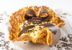 Cestino croccante: semifreddo consisting of a crunchy almond basket filled with mascarpone and chocolate. Fresh Cream, Almond, Cheesecake, Cookies, Pastries, Desserts, Basket, Ideas, Romans