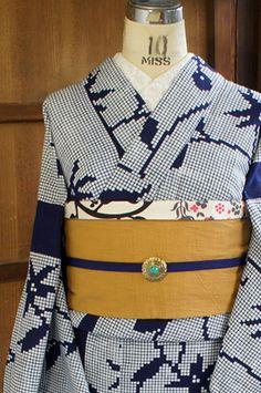 紺と白のボーダ状の染め分けのデザインも印象的に、ドット絵のようなモザイクタイルのようなお花模様が染め出された注染レトロ浴衣です。