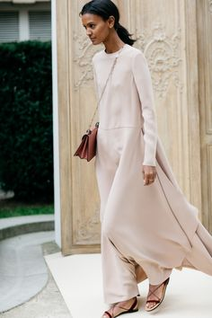 Liya Kebede en robe longue nude Valentino et sandales