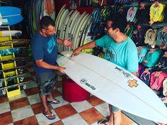 Carlos tertulia chequeando algunas de las tablas de stock que tenemos en @lasantaprocenter  #surfshop #surfstore #surfcustom #store #lasantaprocenter #famara #islascanarias #canaryislands #lasantasurf @jeffdoclausch #surfprescriptions #lanzarote #lanzarotesurf #surflanzarote #surfcanarias #surfcompany http://ift.tt/SaUF9M
