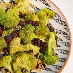 Quinoa con brócoli al vapor, frijoles y arandanos... Aliñalo todo con aceite de oliva picante casero, gomasio y oregano... Alto en proteina y muchisimo sabor