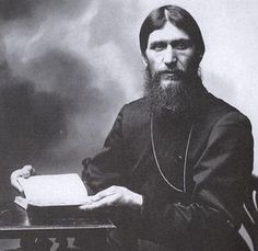 """<p>Grigori Yefímovich Rasputín, también conocido como Rasputín o """"el Monje Loco"""". Fue un místico ruso con fama de sanador que se ganó el favor de la familia real desde que en 1905 fue llamado a sanar la hemorragia del hijo de la zarina Alejandra Fiódorovna, desde entonces Rasputín ejercía bastante</p>"""
