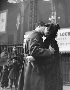 """wehadfacesthen: A soldier's farewell at Penn. - wehadfacesthen: """"A soldier's farewell at Penn Station, New York, photo by Alfred Eisenstaedt for LIFE magazine """" Amor Vintage, Vintage Kiss, Vintage Couples, Vintage Romance, Vintage Love, Vintage Photos, Vintage Photography, Love Photography, Black And White Photography"""