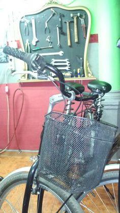 Espacios compartidos,alquiler de bicis con taller de reparacion y recycling, respetando el medio ambiente. Viernes 2013.el raval