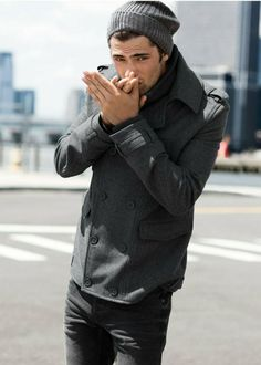 Den Look kaufen:  https://lookastic.de/herrenmode/wie-kombinieren/cabanjacke-dunkelgraue-jeans-dunkelgraue-muetze-dunkelgraue-schal-dunkelgrauer/3783  — Dunkelgraue Mütze  — Dunkelgrauer Schal  — Dunkelgraue Cabanjacke  — Dunkelgraue Jeans