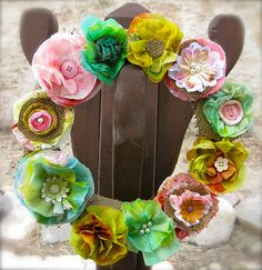 Paper Towel Spring Wreath {Crafts with Paper} We all know how much fun it is to create crafts with paper, but have you ever considered creating with paper… Wreath Crafts, Diy Wreath, Flower Crafts, Burlap Wreath, Wreath Making, Wreath Ideas, Handmade Flowers, Diy Flowers, Fabric Flowers