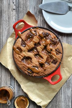 Chocolate Caramel Skillet Cookie - A Bond Girl's Food Diary Quick Cookies, Buttery Cookies, Healthy Cookies, Baking Recipes, Cookie Recipes, Dessert Recipes, Skillet Cookie, Easy To Make Desserts, Biscuit Recipe