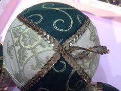 Bola #hadmade para el arbolito de #Navidad #Xmascraft #patchwork by @vivetucuento. http://vivetucuento.com/2012/12/21/diy-bolas-de-navidad/#