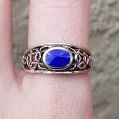 Le Lapis lazuli connait un grand passé. En effet, cette pierre fut parmi les premières à être travaillée afin d'être portée en bijoux. En Egypte par exemple, elle était considérée comme la pierre des Dieux. On lui confèrai un signe de noblesse et elle fut portée par les pharaons. La tradition voulait également que les morts furent enterrés avec un scarabée en lapis-lazuli afin de leur assurer une protection. Handmade Sterling Silver, Sterling Silver Rings, Bijoux Lapis Lazuli, Celtic Rings, Crystal Gifts, Blue Gemstones, Gemstone Rings, Noblesse, Afin