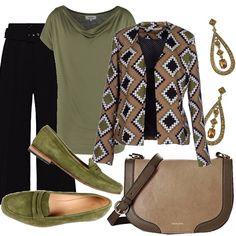 Un outfit pratico e veloce per il lavoro, per una serata casual. Pantalone nero di linea ampia, t-shirt verde salvia. Giacca in fantasia verde, nera, bianco su fondo tortora. Mocassino verde in camoscio. Borsa in pelle beige con bordo in contrasto. Orecchini pendenti con pietre.