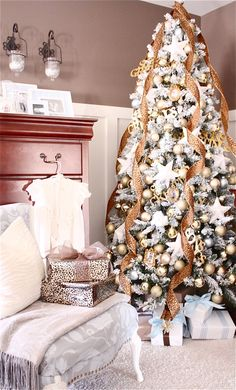 The Yellow Cape Cod: Five Generation Family Christmas Tree...love the curled ribbon!
