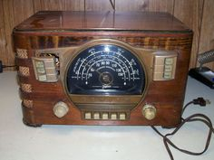 VINTAGE  ZENITH  WOOD  RADIO, 7S529  VERY COLLECTABLE