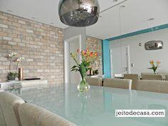 Decoração da sala de jantar com espelhos que valorizam e deixam os ambiente mais sofisticado.