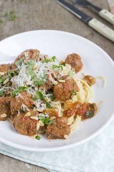 Italiaanse gehaktballetjes in tomatensaus. Met spaghetti | via BrendaKookt.nl