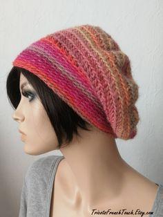 328b9d2a60ba Béret en laine multicolore fait main au crochet. Bonnet slouchy accessoire  de mode hiver en