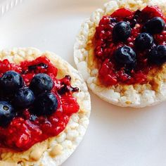 ❝Rice cakes topped with Barney butter, a homemade raspberry chia jam plus those magical blueberries. Healthy Options, Healthy Recipes, Delicious Recipes, Rice Snacks, Daniel Fast, Rice Cakes, Cake Toppings, Blueberry, Raspberry
