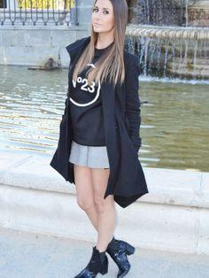 CatwalkME Outfit  casual sweatshirt  Otoño 2013. Combinar Botines Negros Zara, Sudadera Negra N23, Abrigo Negro Asos, Falda Gris Plata Zara, Cómo vestirse y combinar según CatwalkME el 26-11-2013