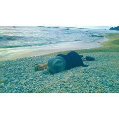 【sasa.0721】さんのInstagramをピンしています。 《. ※死体ではありません ※くつろいでいません 本気で写真を撮ってます 服が汚れるとか どーでもよくて ただ 必死なんです 常に全力 それがわたし  #新潟#美容師#work#お疲れ様#海#sea#笹川流れ#beach#スマホカメラマン#必死#これで上手く撮れるのか#謎#明日も頑張ろう#happy#☺︎#gn》