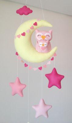 Móbile feito de feltro, costurado a mão e preenchido com fibra siliconada.    Lindo móbile composto por lua, nuvem, estrelas e uma fofura de Mãe Coruja com o seu bebê (11 cm).   Sua leveza, o colorido e mobilidade traz calma e distração para o seu bebê.    Deixa qualquer ambiente alegre e diverti...