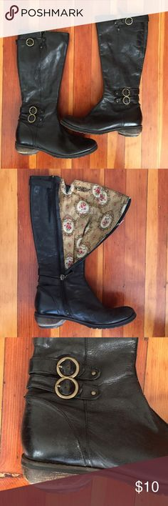 Floral-Lining Seychelles Leather Boots Adorable vintage-look cloth floral lining and chunky wooden heels on these genuine leather boots. Brass-colored buckles and zipper. Heels are worn (could be repaired) and a bit noisy (as they are wooden) and lining has a few rips, priced accordingly. Grab these loved-but-still-wearable, high-quality boots at this low price and wear them when you want to look cool but don't want to mess up your fancy-pants boots! They are size 6.5 but run large, so I've…
