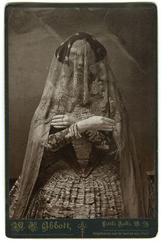 This site exists to discredit the idea of the Victorian standing post mortem photo. Post mortem photos do exist, but none of them are stand alone. Memento Mori, Vintage Photographs, Vintage Photos, Victorian Photos, Victorian Era, Vampires, Victorian Hairstyles, Art Antique, Bizarre