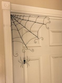 Fil coin Web est une décoration creepy pourtant lunatique idéal pour n'importe quelle porte ou un coin au temps de l'Halloween. Nous venons d'utiliser deux petits crochets, mais habituellement juste une petite punaise pour les tenir en place. L'araignée vient avec elle, mais il n'est pas