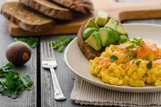 Breakfast Alert! Soft scrambled eggs with crumbled smoked Alaska salmon, sprinkled with chopped chives and served with avocado toast. Wild caught smoked Alaskan salmon is the best there is! Best Smoked Salmon, Smoked Salmon Recipes, Breakfast Desayunos, Quick Healthy Breakfast, Breakfast Recipes, Nutritious Meals, Healthy Fats, Col Kale, Gourmet Recipes