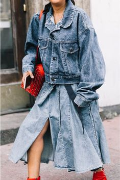 See how cool girls are transitioning a wardrobe staple—the denim skirt—into nine fashion-forward jean-skirt outfits. Amo Jeans, Estilo Jeans, Denim Jeans, Denim Skirt Outfits, Komplette Outfits, Fashion Outfits, Fashion Trends, Fashion Ideas, Modern Fashion