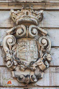 Detalle de Escudo en la fachada del  Palacio Regional visto desde la Calle Suarez de la Riva de Oviedo, Asturias. España.