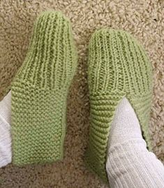 Learn to knit slippers with this free knitting pattern. Great knitting pattern for beginners! Includes how-to knitting videos showing how to knit a pair from start to finish. Knit Slippers Free Pattern, Knitted Slippers, Knitted Bags, Arm Knitting, Knitting Socks, Kids Knitting, Knitting Patterns Free, Knit Patterns, Stitch Patterns