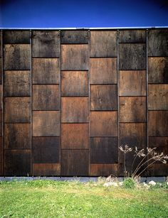 Herzog & De Meuron - Frei photography studio Weil am Rhein 1982 Cladding Design, House Cladding, Timber Cladding, Exterior Cladding, Facade Design, Wooden Facade, Metal Facade, Wood Architecture, Architecture Details