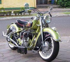 Bild zeigt Motorrad und im Freien