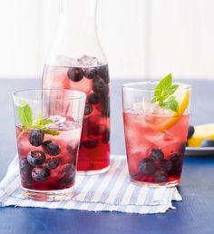 Domácí ledový čaj s borůvkami | Recepty Albert Pint Glass, Beer, Smoothie, Drinks, Tableware, Food, Wood, Root Beer, Drinking
