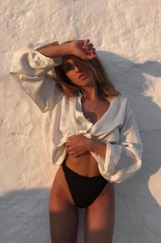 Pic Pose, Photo Poses, Summer Body Goals, Mode Du Bikini, Shotting Photo, Photographie Portrait Inspiration, Model Poses Photography, Lingerie Photography, Beach Poses