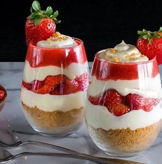 Discover the strawberry parfait, a light, delicious and unbelievable dessert … – The most beautiful recipes Parfait Desserts, Brownie Desserts, Desserts To Make, Dessert Recipes, Strawberry Parfait, Strawberry Desserts, Baked Chicken With Mayo, Mousse Dessert, Gluten Free Cheesecake