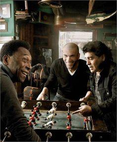 Pelé, Zidane e Maradona. Jogando uma partida de Pebolim.