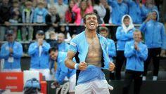 http://ift.tt/2kbFEmt http://ift.tt/2jRdiS4  En una jornada que tuvo más de ocho horas de extensión y dos interrupciones a causa de las lluvias Carlos Berlocq derrotó a Paolo Lorenzi por 4-6 6-4 6-1 3-6 y 6-3 en 4 horas y 14 minutos de juego. El argentino completó 11 horas y 20 minutos en los tres días de competencia entre los dos singles y el dobles. De esta forma la serie entre Argentina e Italia se decidirá en un quinto punto mañana desde las 11 y con jugadores a confirmar por los…