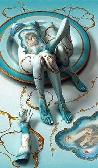 Kim Joon    Kim Joon werd geboren in 1966. En heeft zijn BA in de schilderskunst behaald. Hij onderzoekt de tatoeage als maatschappelijk verschijnsel en het werken met bodypainting.    Interessant:  De overloop van kleuren en de glans van het porselein wat er door heen komt.